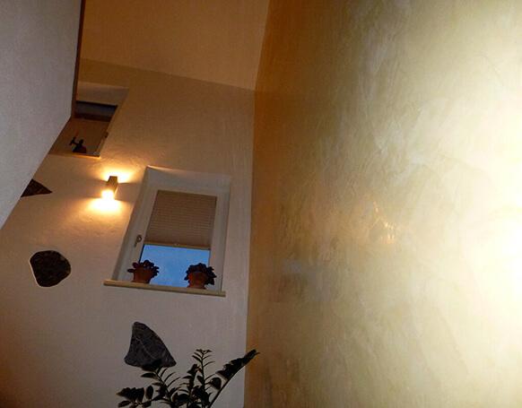 Stiegenhaus mit Landhausputz und Stucco Veneziano